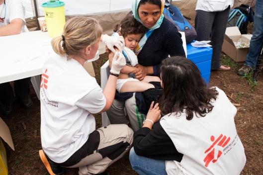 Afganistanista saapunut pakolaistyttö saa rokotteen Lääkärit ilman rajoja -järjestön vapaaehtoistyöntekijöiltä.Kuva: Rocco Rorandelli, Terra Project.