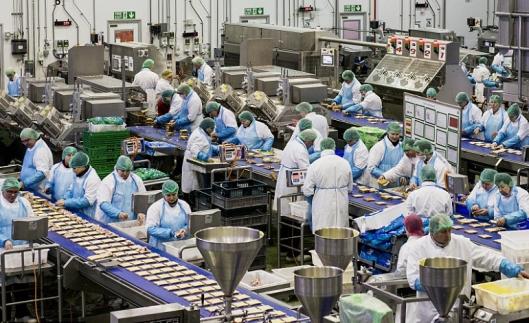 Nottinghamshiressa toimivan elintarviketehtaan työvoimasta yli puolella on maahanmuuttajatausta. Kuva: Andrew Testa, Panos Pictures.