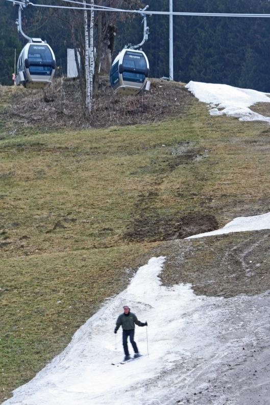 Lumen vähyys ja lumikauden lyheneminen aiheuttavat ongelmia ja taloudellisia menetyksiä Alppien hiihtokeskuksille – ja tulevina vuosina lumen puute vain pahenee. Zell am See, Itävalta. Kuva: Kai Aulio.