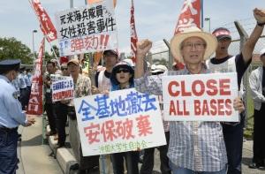 Okinawan lentotukikohtaa vastaan on osoitettu mieltä jo vuosien ajan, ja uusimmassa haasteessa 22 000 asukasta vaati korvauksia lentomelusta. Kuva: The Japan Times.