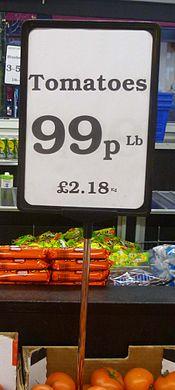 Brittikaupan vihannestiskin hintalappu: Tomaatit 99 penceä/naula eli 2.18 puntaa/kilo. Kuva: wikimedia. org.