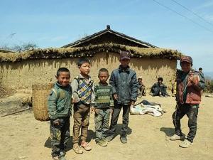 Sichuanin maakunnan syrjäisillä maaseuduilla asuvat ihmiset kuuluvat Kiinan köyhyydenpoisto-ohjelmassa kotiseuduiltaan muualle siirrettävään väestöön. Kuva: Xinhua.