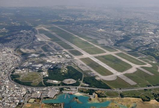 Yhdysvaltain Kanedan lentotukikohta toimii asutuksen keskellä Okinawan saarella Japanissa. Kuva: The Japan Times.